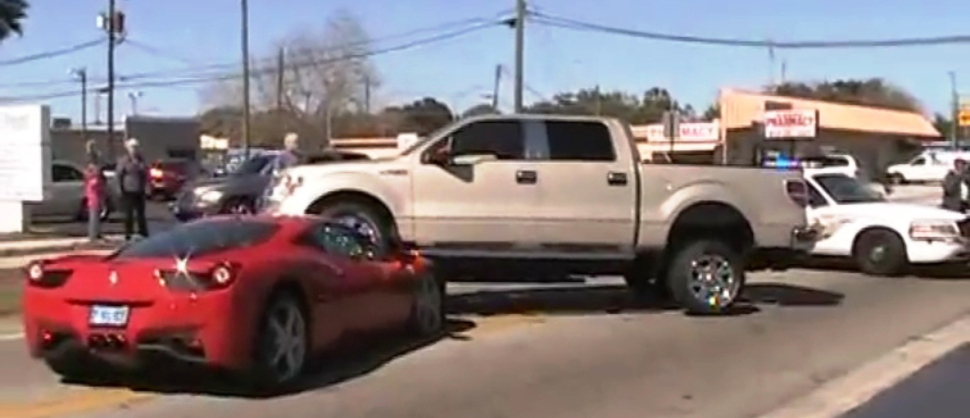 VIDEO: Camioneta F-150 atropella a Ferrari 458 Italia