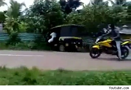 video Motociclista provoca impresionante accidente