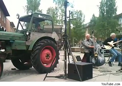 tractor integrante de banda musical