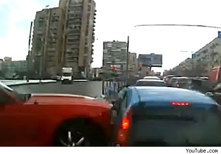 choca derrapar su auto y choca video