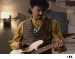 Ed Norton rocks out (kind of) on 'Modern Family'