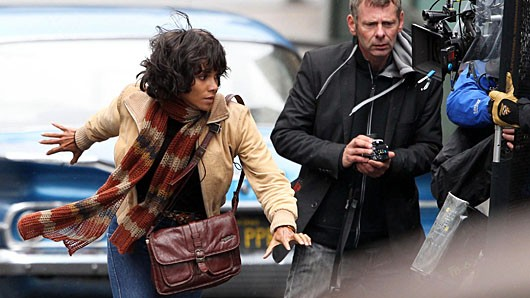 britainhalleberry.3be9acd23b334d6ab4d665f6d1f67406 Halle Berry Breaks Foot While On Location for Cloud Atlas