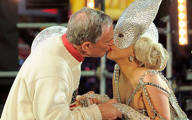 Lady Gaga kisses Mayor Bloomberg