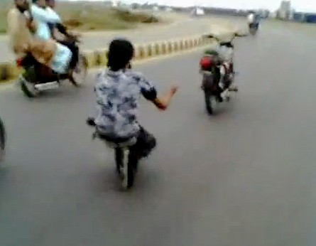 Moped, Motorrad, pakistan, Indian, Kunststck, surfen, Rollerblades, Video, leichtsinnig, funny, komisch, gefhrlich, leichtsinnig