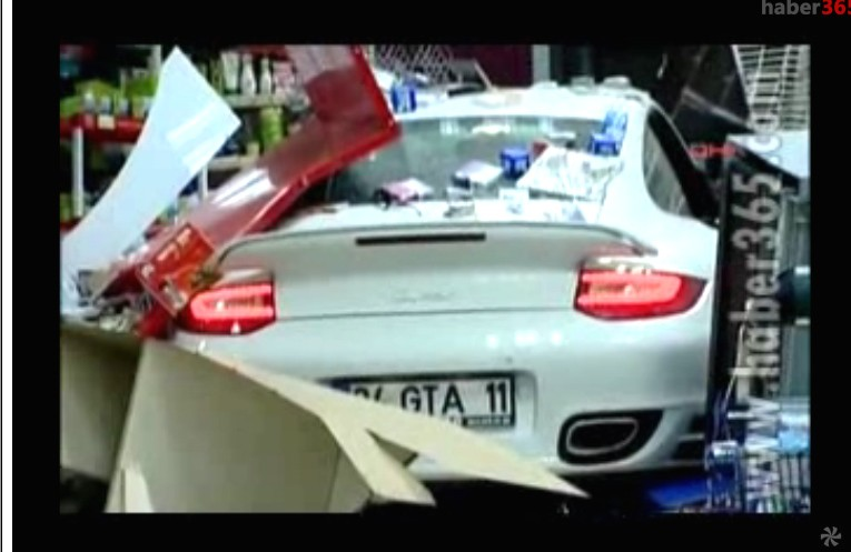 Porsche, 911, 997, unfall, crash, video, humor, tankstelle, Bremse, Gas, vewechslung,  witzig, komisch, bremse mit gaspedal verwechselt, vertauscht, Fahrfehler 