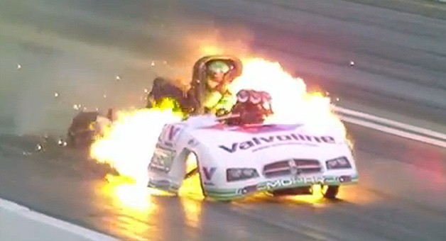 Dragster, Explosion, Feuer, NHRA, Flamen, feuerball, video, fireball, explodiert, Motorbrand, funny car, crash,