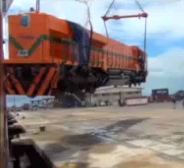 Eisenbahn, Zug, Lokomotive, EMD GT46C-ACe , locomotive, crane drops locomotive, accident, unfall, unglck, fail, pleite, pech, panne, Kran lsst  Lok  fallen, ausladen, hafen,