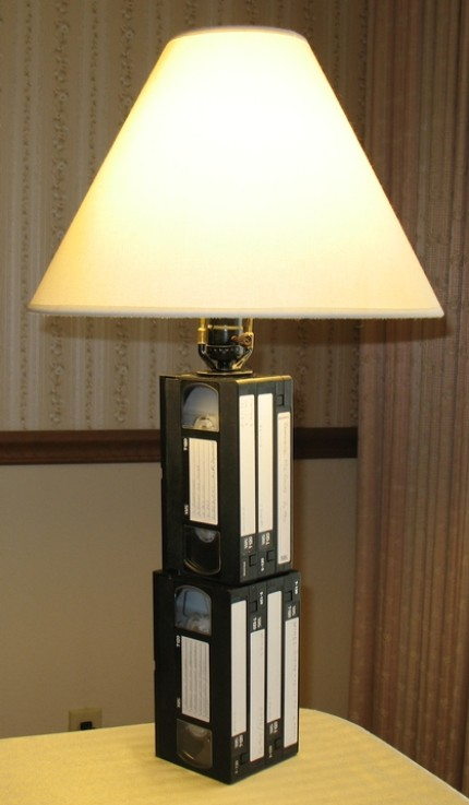 lampe aus vhs kassetten engadget deutschland. Black Bedroom Furniture Sets. Home Design Ideas