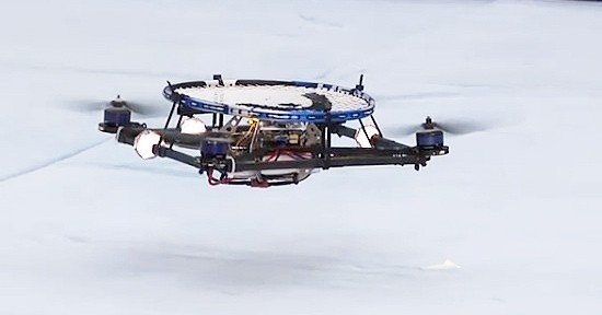 Video: Autonome Quadrocopter spielen Luftball