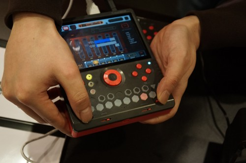 Musikmesse 2012: KDJ-One, Musikworkstation im Gameboy-Format (Videos)