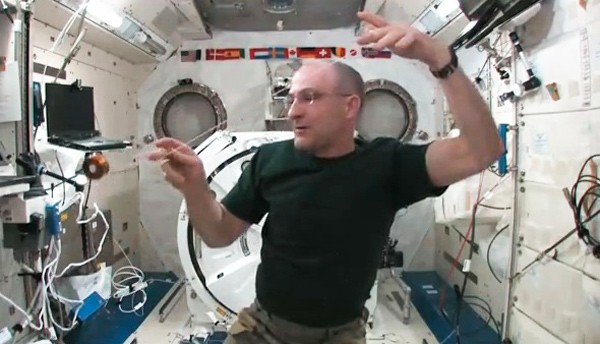Video: NASA-Posterboy Don Pettit zeigt Yo-Yo-Tricks in der Raumstation