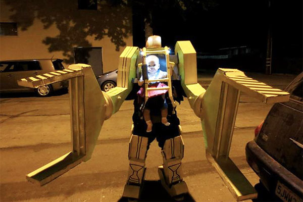 Halloween: Baby gibt Ripley im Aliens-Power-Loader-Kostüm (Video)