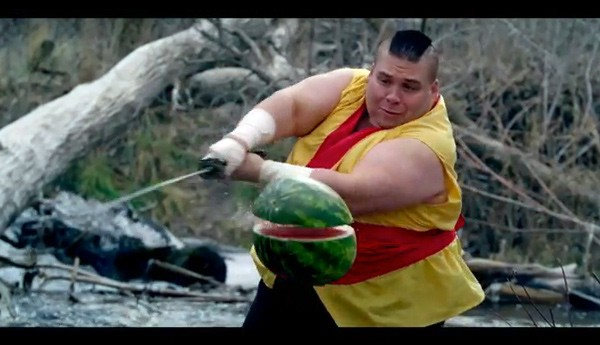 Video: Real Life Fruit Ninja schnippelt Obstsalat in Slow Motion (zu miesem Dubstep)