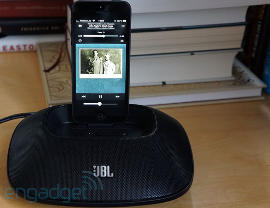 Hands-On: JBL OnBeat Micro, Docking-Station mit Lightning Connector