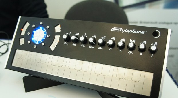 Hands-On: Stylophone S2 auf der NAMM (Video)