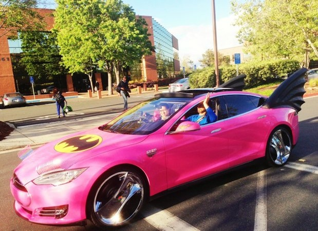 Sergey Brin zeigt seinen Tesla Model S in Hello Kitty-Pink