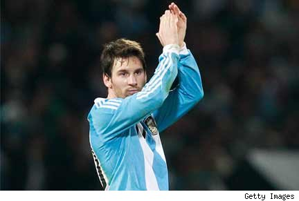 Messi agradece el saludo de la hinchada