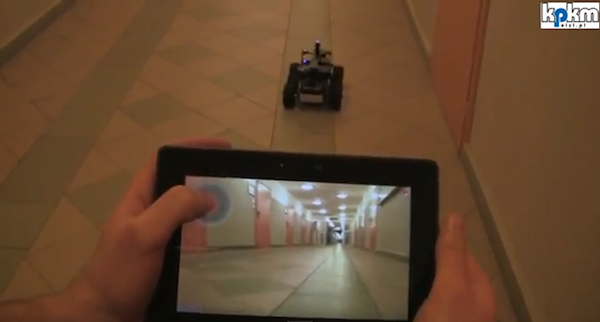 Un robot controlado por el PlayBook te ensea lo que va viendo