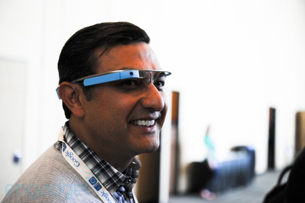 Vic Gundotra tambin sucumbe a los encantos de Google Glass y nos muestra el modelo azul