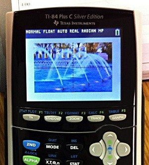 Aparece una calculadora TI-84 con pantalla a colores
