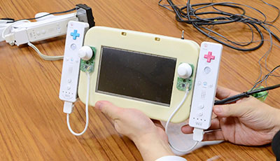 Nintendo muestra un prototipo del GamePad de la Wii U: dos Wiimotes pegados a una pantalla