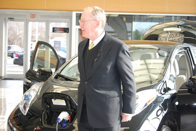 Lamar Alexander takes delivery of Nissan Leaf