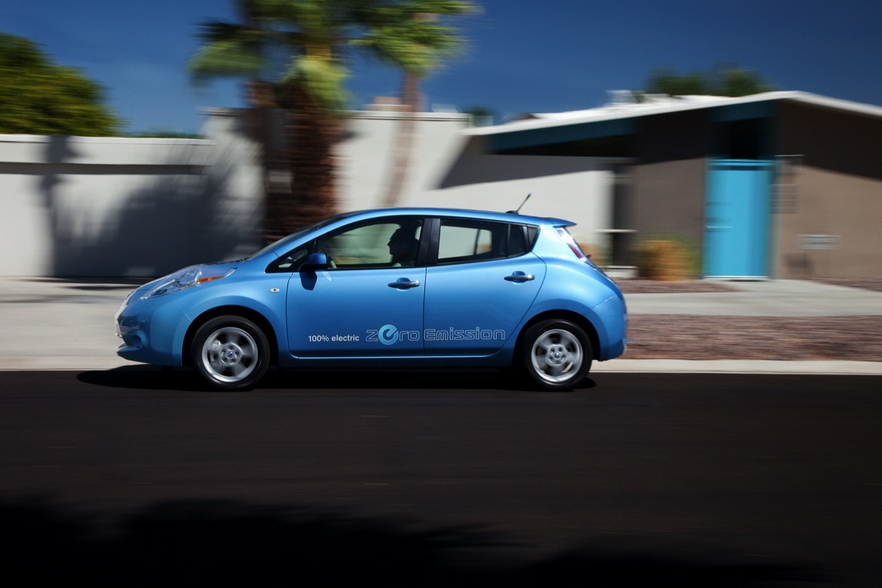 2013 nissan leaf will go 25 further could cost a lot less autoblog. Black Bedroom Furniture Sets. Home Design Ideas