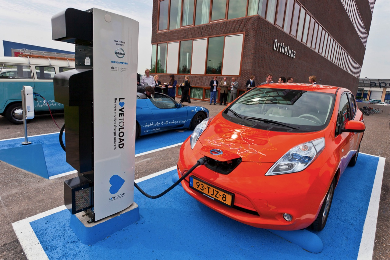 nissan leaf with dc fast charger photo gallery autoblog. Black Bedroom Furniture Sets. Home Design Ideas