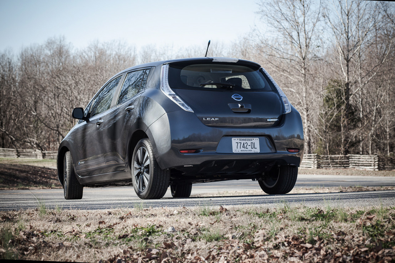 nissan leaf becomes least expensive 5 seat ev with massive price drop autoblog. Black Bedroom Furniture Sets. Home Design Ideas