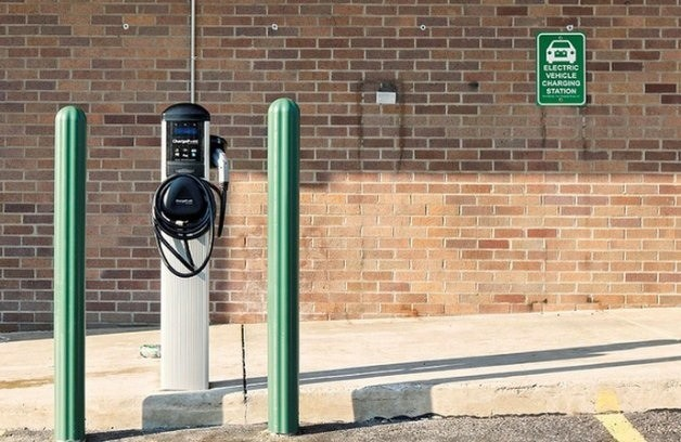 Plug-in vehicle charging station
