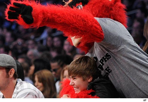 Justin Bieber being pranked by the Chicago Bulls mascot
