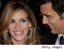 julia roberts with clive owen at the premiere of duplicity