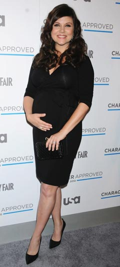 tiffani thiessen black dress pregnant