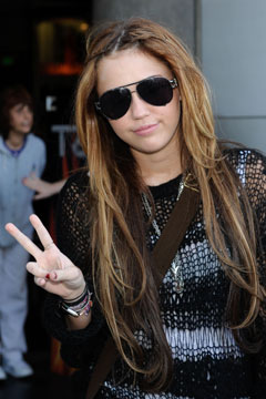 miley cyrus sunglasses peace sign