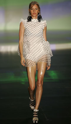 gisele bündchen sao paulo fashion week runway black white polka dots