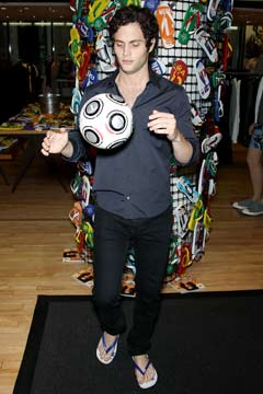 Penn Badgley juggling soccer ball Havaiana gossip girl