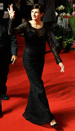 Julia Roberts long sleeve floor length dolce and gabbana black lace gown