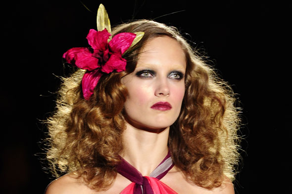flower hair accessory marc jacobs spring 2011 runway