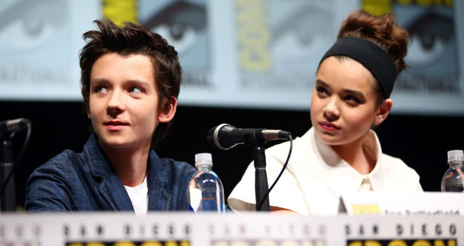 hailee steinfeld asa butterfield enders game Asa Butterfield & Hailee Steinfeld on Enders Game, Tear Inducing Pranks, and the Harrison Ford Moment Theyll Never Forget