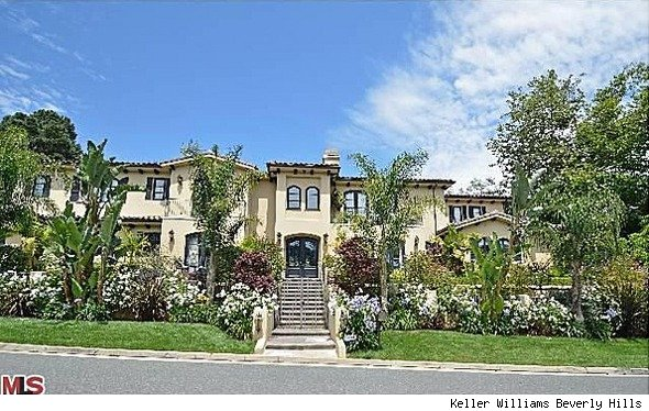 photo: house/residence of beautiful sexy cute  20 million earning Beverly Hills, California, United States-resident