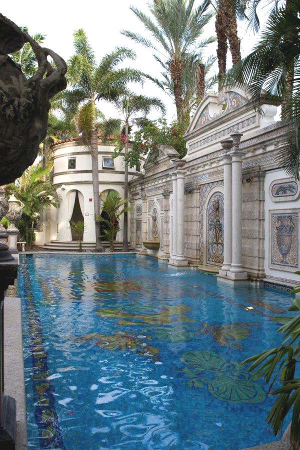 Miami beach 39 s versace mansion sells at auction for 41 5 for Versace mansion miami tour