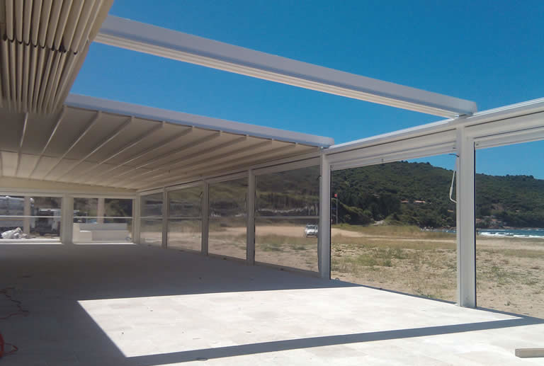 Retractable roof pergolas made for the sun and shade for Roof awning design