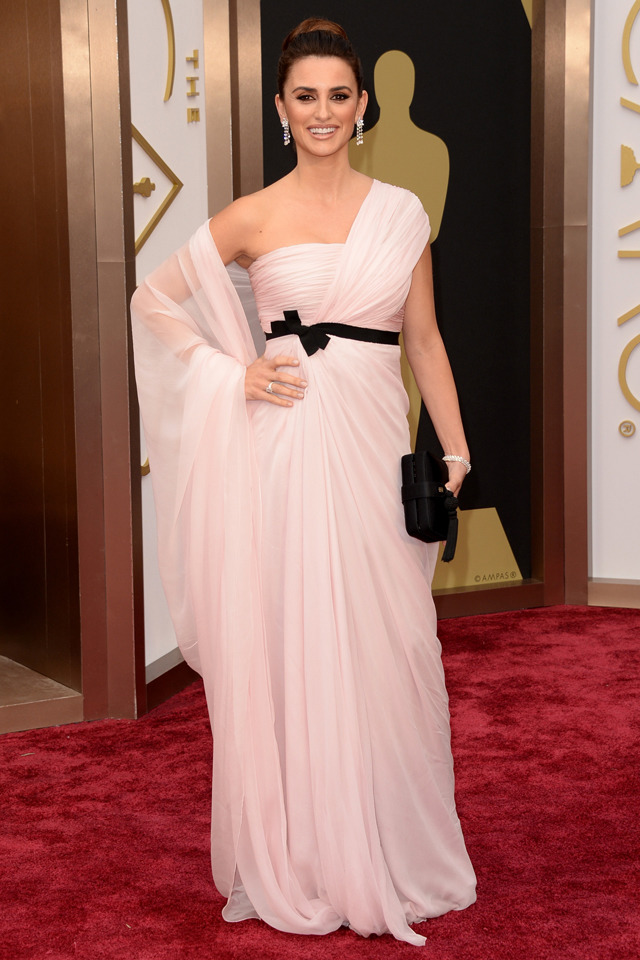 http://www.blogcdn.com/slideshows/images/slides/245/968/6/S2459686/slug/l/oscars-penelope-cruz-1.jpg