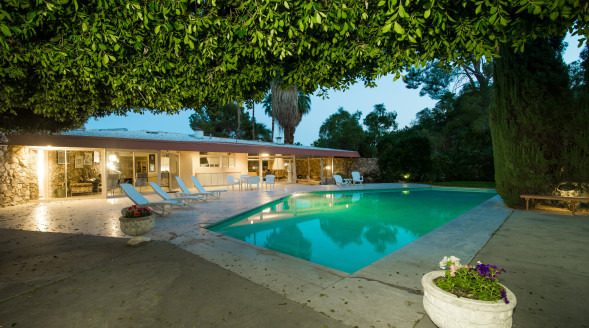 For sale elvis presley 39 s honeymoon hideaway in palm springs for Palm springs condos for sale zillow