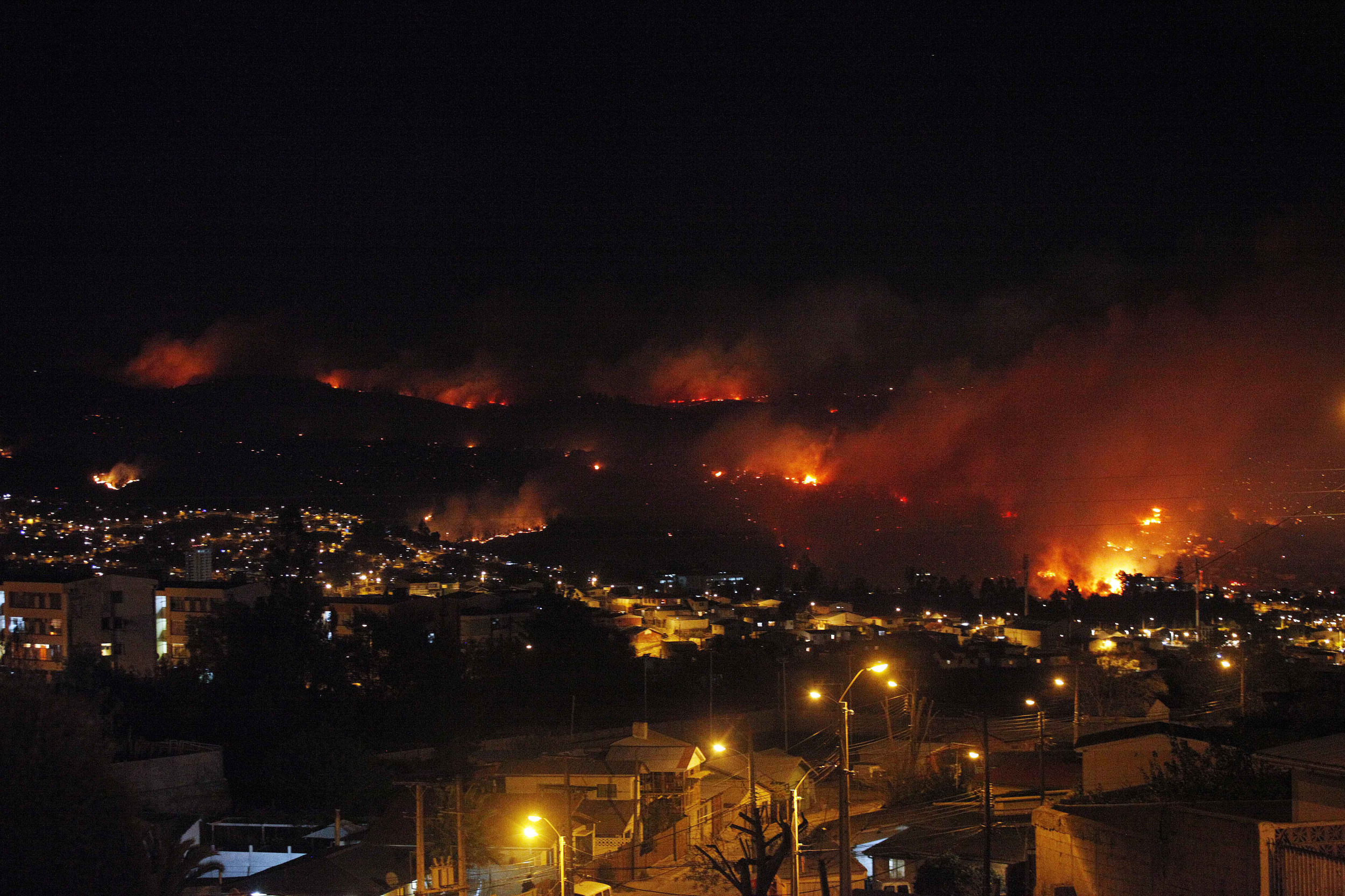 http://www.blogcdn.com/slideshows/images/slides/253/241/3/S2532413/slug/l/chile-forest-fire-1.jpg