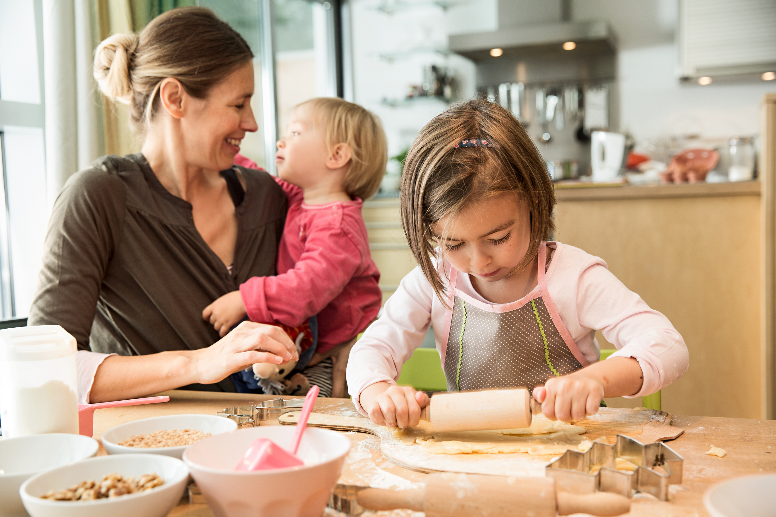 working mother should stay at home to raise their children A new study shows that whether mothers work outside the home has no negative effect on their children a stay-at-home mother work should stop.