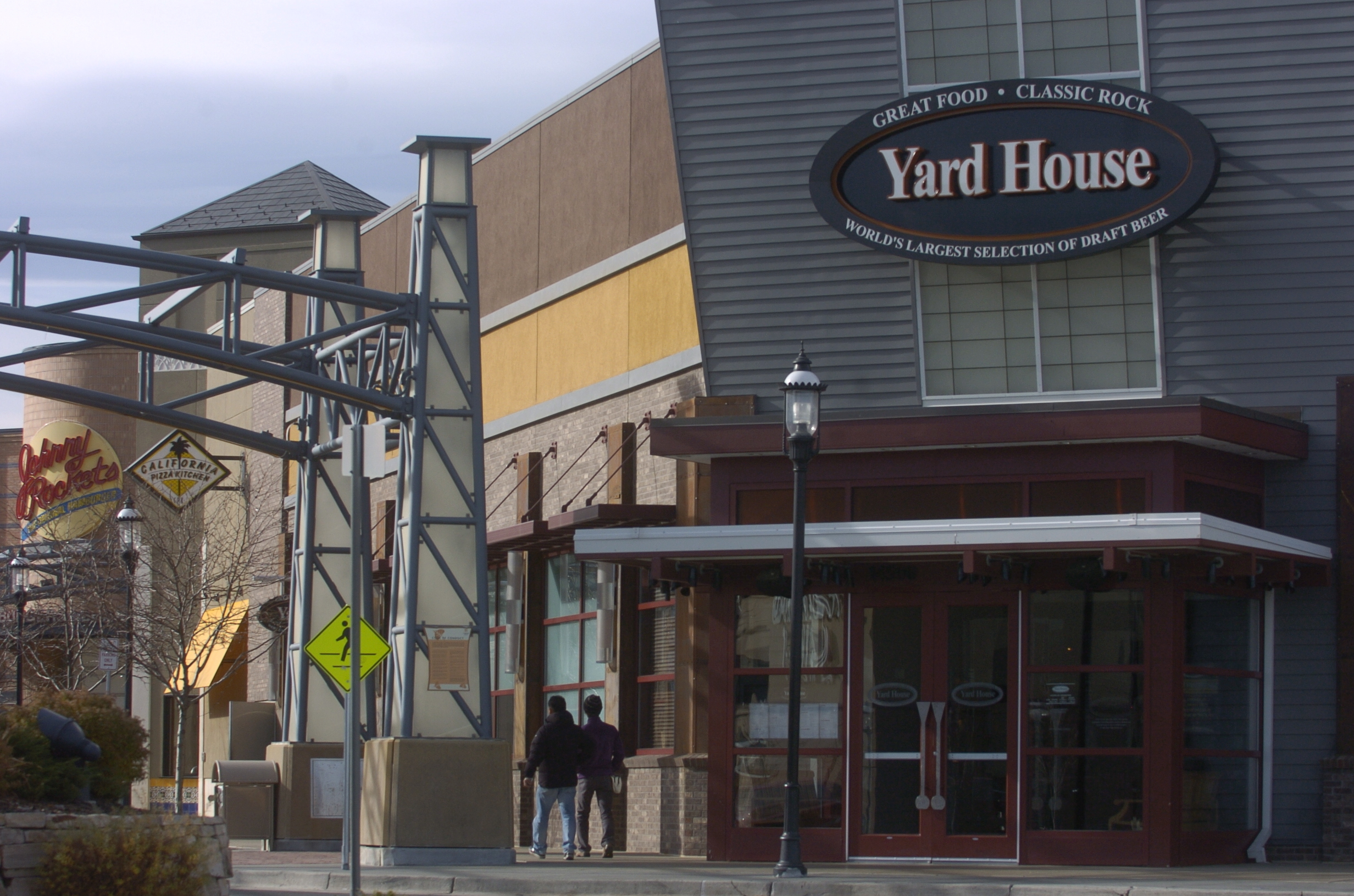 Backyard House Restaurant : bb) dining14bb1  Yard House restaurant and pub at Colorado Mills