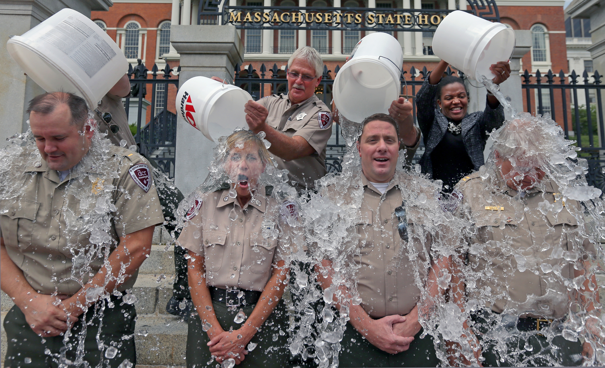 als ice bucket challenge The ice bucket challenge, a campaign to raise money to fight lou gehrig's disease, has caught fire on social media, with celebrities drenching themselves in ice water.