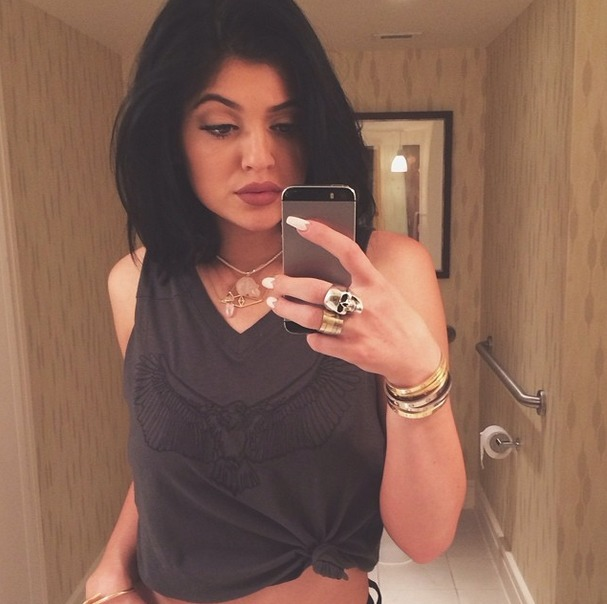 Kylie Jenner Blue Iphone kylie jenner shows off pink hair at coachella ...