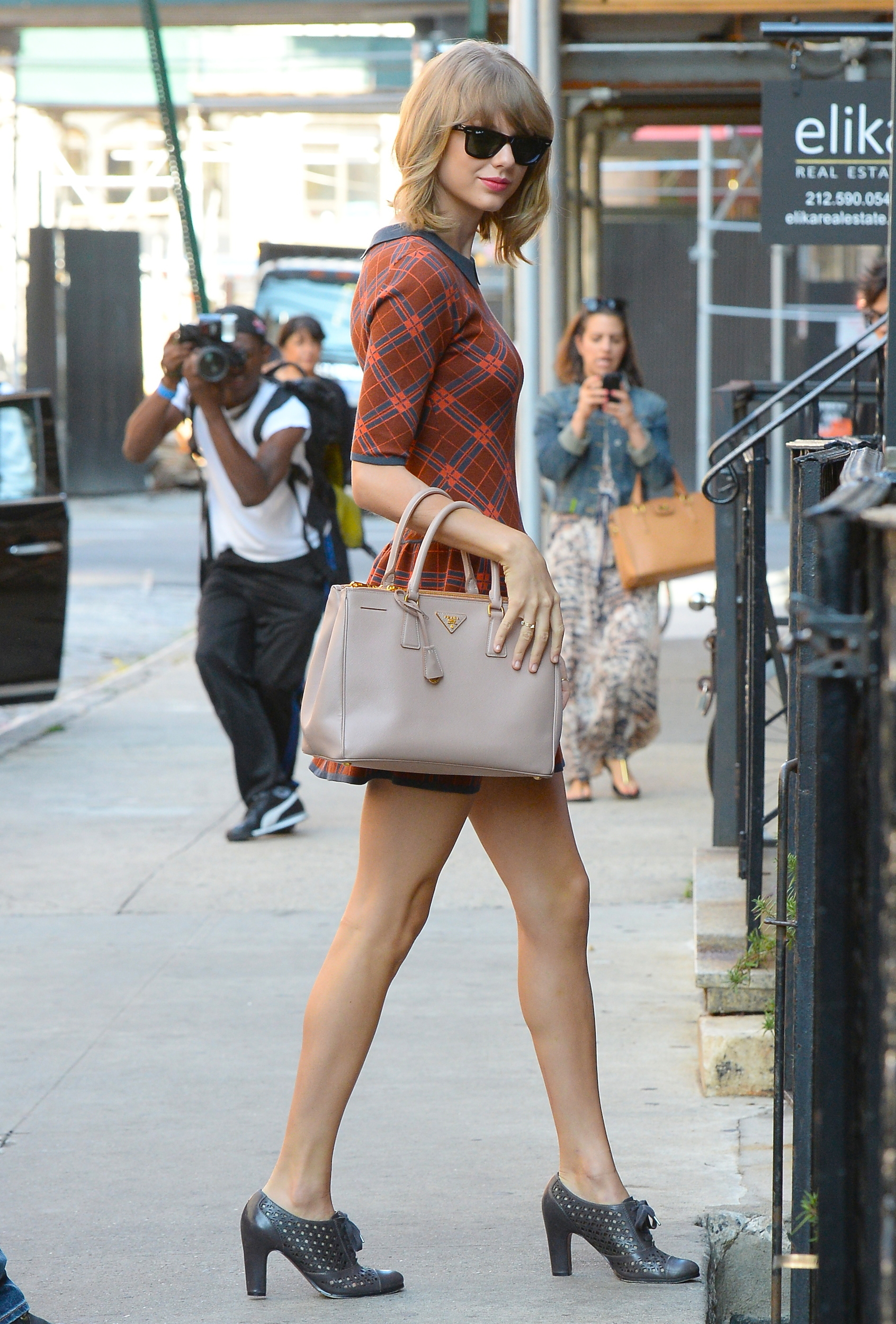 Taylor swift tops people magazine 39 s 2014 best dressed list for Taylor swift coffee shop